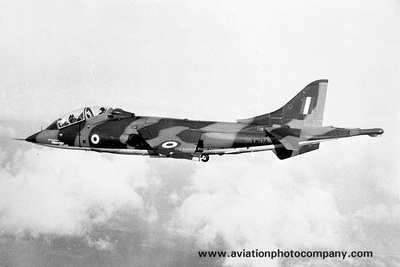 The Aviation Photo Company: Latest Additions &emdash; RAF Hawker Siddeley Harrier T.2 XW174 Air to Air